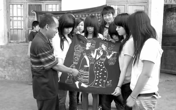五峰铺镇民间艺人蒋氏为本镇学生传授传统工艺