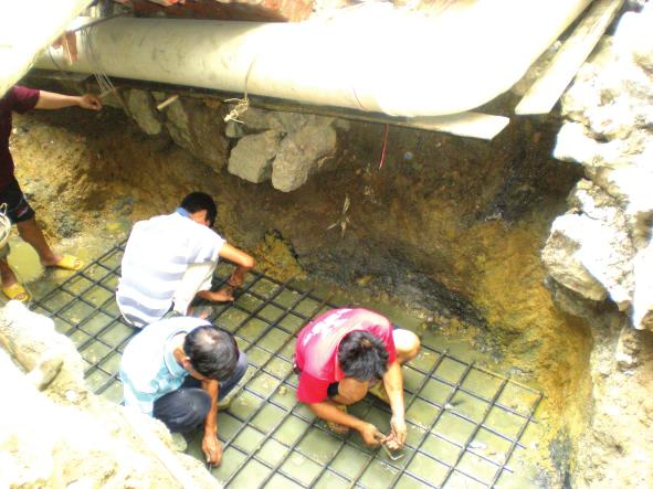 准备在坍塌地点建造一座钢筋混凝土结构的流泥井