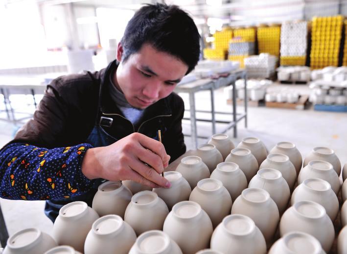 该村利用陶泥手工制作茶杯,花瓶,笔筒,茶缸等陶器,不仅使这一传统工艺