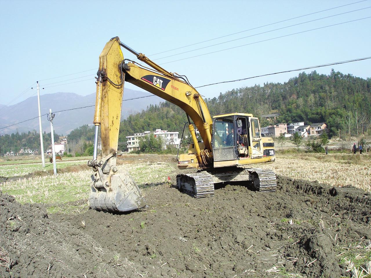 11 11月8日该镇金南村村民趁着大好天气利用大型挖土机挖池塘