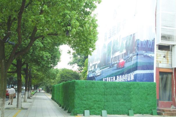 工地围挡绿色_记者看到工地外围用草绿色的塑胶围挡封闭得严