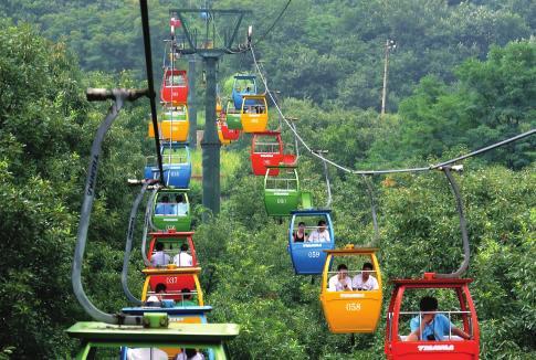 在河南嵩山少林景区,游客乘坐索道前往山顶的二祖庵景点参观