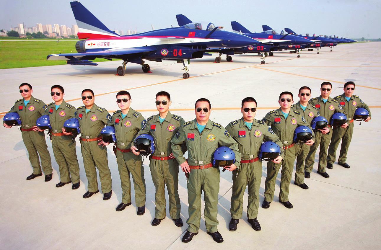 这是赴俄参加莫斯科航展的空军八一飞行表演队全体飞行员(7月31日摄)。 经中央军委批准,空军八一飞行表演队8月18日启程赴俄罗斯参加第十一届莫斯科航展,并进行飞行表演。这是中国蓝天仪仗队组建51年来首次飞出国门走向国际飞行表演大舞台。 新华社发