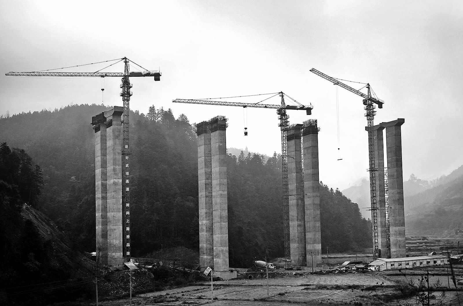 武靖高速公路主线东接洞新高速城步支线 ,向西南布线经绥宁关峡 ,枫
