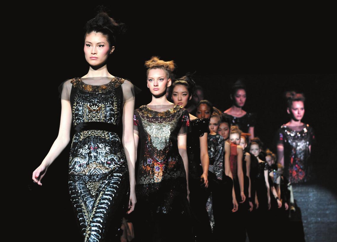 2月12日,模特在紐約時裝周上展示譚燕玉設計的時裝。 當日,華裔設計師譚燕玉(VivienneTam)在2011紐約秋冬時裝周上發布新款時裝,譚燕玉的作品將中國傳統戲曲的諸多元素融合其中,給紐約時裝周帶來一股濃郁的中國古風。 新華社記者 申宏攝