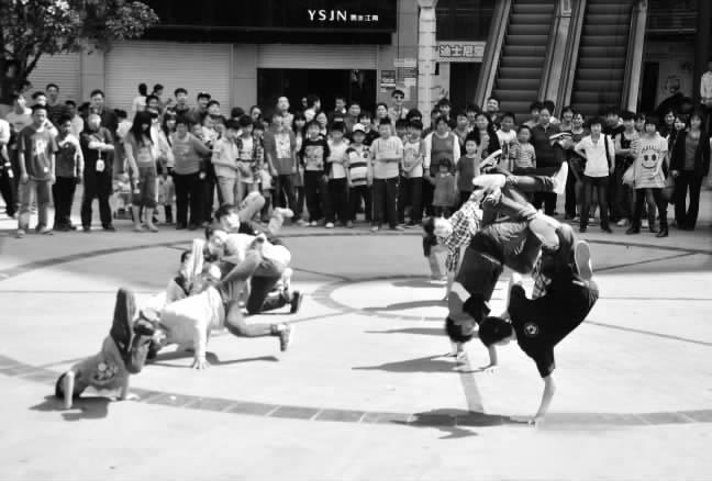 快闪(Flashmob),快闪行动的简称,是新近在国际流行的一种嬉皮行为,可视为一种短暂的行为艺术。快闪族是指一群通过互联网或手机联系、但现实生活中互不认识的人,在特定地点、特定时间聚集后,在同一时间做出令人意想不到的行为,然后迅速分散。目前,快闪已成为香港、台湾地区最盛行的活动。