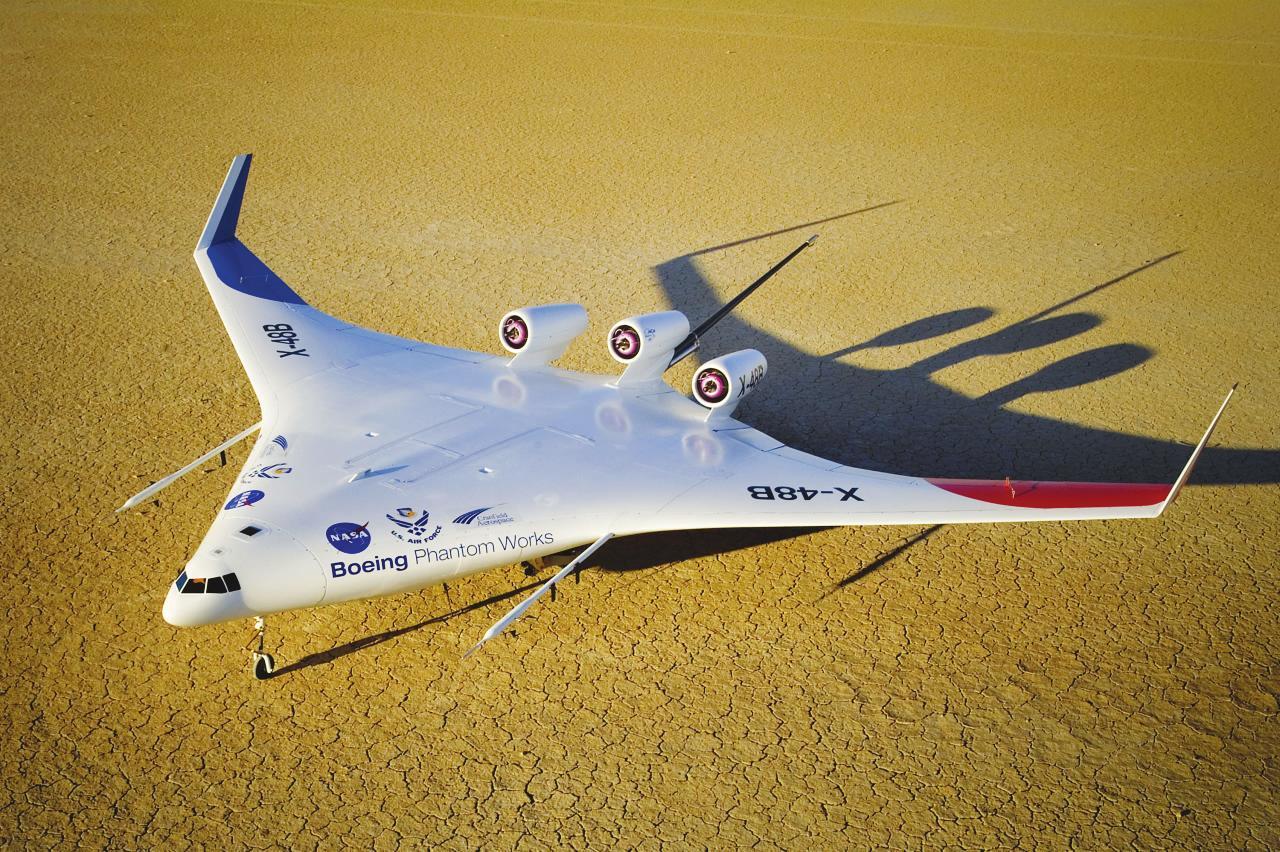 据新京报消息 日前 ,美国波音公司为美军开发的新型X-48C无人机开始试飞。这款带有强 烈未来主义色彩的新型无人机外形类似一个大三角形,机身涂上白色的油漆。除了外 形养眼外,X-48C无人机还具备极强的静音和隐身性能 ,不仅可在低空悄然无声地对地面目标发动突袭 ,还具有运力高、省油环保的优点。未来,X-48C还有可能变成一款具有战略意义的运输机 ,从而提高美军战略投送能力。 6个月试飞25次 据美国媒体报道 ,波音公 司幻影工厂高级研究部门已经开始在美国航空航天局德莱登飞行研究中心对X-48C无