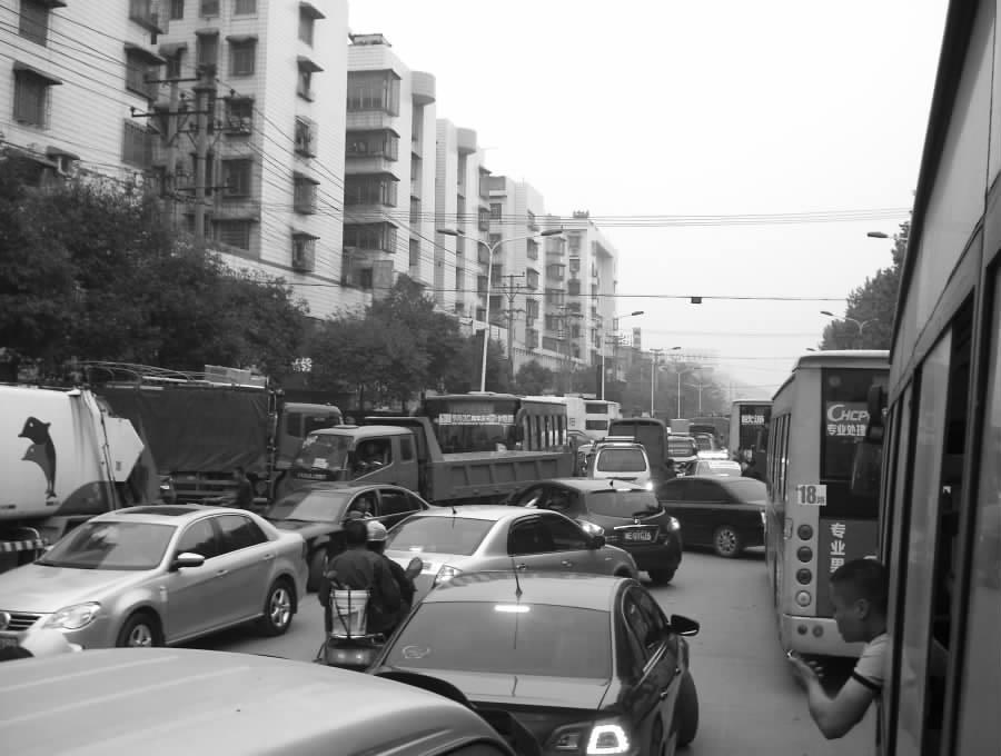 因车辆随意调头,造成市区建设路交通堵塞40多分钟