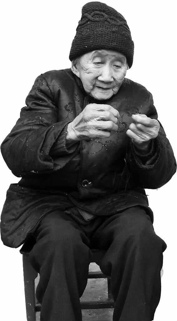百岁老人尽显幸福模样