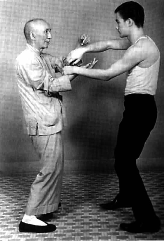 李小龙拳_叶问(左)教授李小龙咏春拳