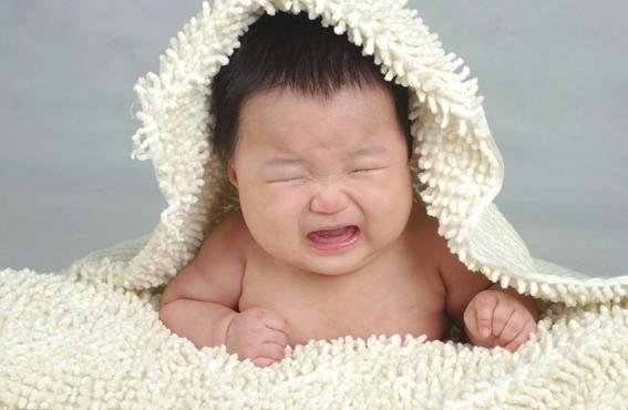 如果宝宝头颈部生了痱子 ,则要将宝宝的头发剪短 ,或改变