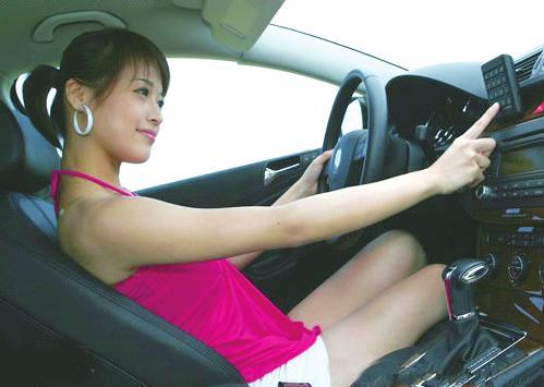 甚至还有很多美女喜欢赤脚开车